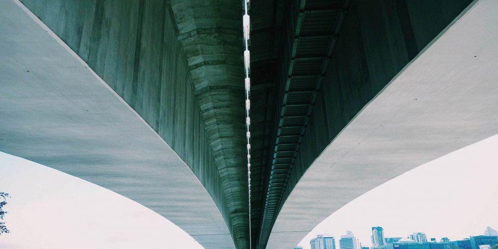 dessous d'un grand pont de béton