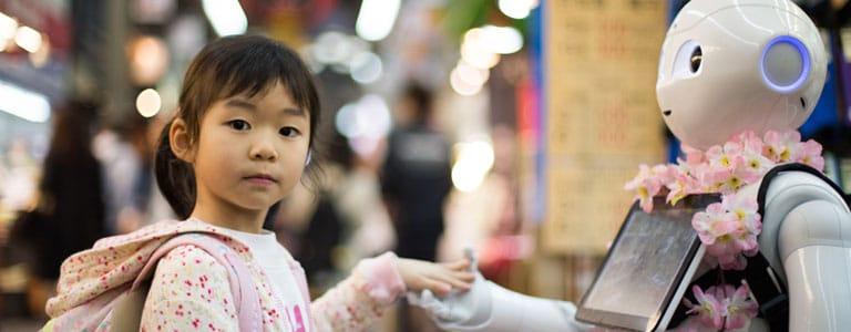 jeune enfant avec un robot
