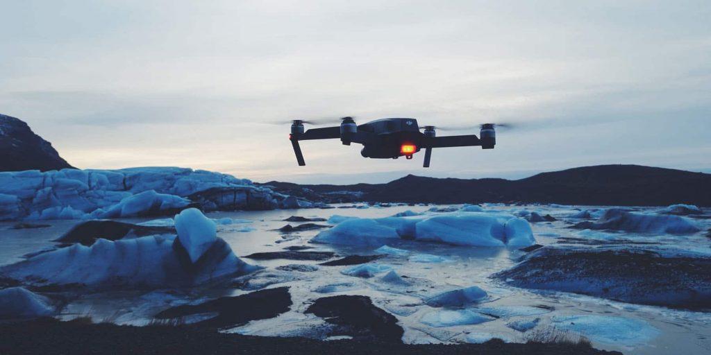 drone survolant un bord de mer