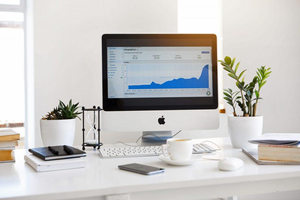 bureau bien rangé avec les statistiques de fréquentation d'un site internet